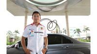 Pebalap Rio Haryanto mengunjungi redaksi Bola.com, Liputan6.com dan SCTV di SCTV Tower, Jakarta, Jumat (31/7). Pebalap yang kini berada di peringkat dua klasemen GP2 itu mengisi jeda balapan dengan berlibur di Indonesia. (Bola.com/Vitalis Yogi Trisna)