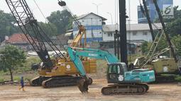 Pekerja beraktivitas di sekitar proyek Depok Metro Stater di Depok, Jawa Barat, Senin (17/6/2019). Di area seluas 2 hektare tersebut  juga akan berdiri terminal, hunian, dan kawasan komersial. (Liputan6.com/Immanuel Antonius)