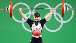 Atlet angkat besi wanita Jepang, Kanae Yagi  mengangkat beban dalam perlombaan angkat besi 53 kg putri pada Olimpiade 2016 di Rio de Janeiro , Brasil, (8/8). (REUTERS / Stoyan Nenov)