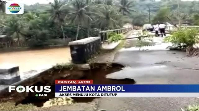 Dua jembatan penghubung di Pacitan dan Lumajang ambrol akibat tersapu banjir. Lalu lintas di wilayah tersebut lumpuh total.