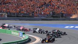 Pebalap Belanda itu tampil mendominasi balapan sepanjang 72 putaran dengan keunggulan nyaris 21 detik dari rival terdekatnya, Lewis Hamilton, yang finis di urutan kedua.  (Foto: AP/Peter Dejong)