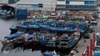 Kapal nelayan bersandar di Pelabuhan Muara Baru, Jakarta, Senin (10/10). Lebih dari 60 perusahaan, ratusan kapal nelayan dan kapal ikan tak beroperasi dan tutup sebagai bentuk protes kenaikan uang sewa lahan sampai 450 persen (Liputan6.com/Gempur M Surya)