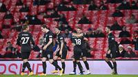 Para pemain Burnley merayakan setelah pemain Arsenal Pierre-Emerick Aubameyang mencetak gol bunuh diri pada pertandingan Liga Premier Inggris di Stadion Emirates, London, Inggris, Minggu (13/12/2020). Arsenal kalah 0-1. (Laurence Griffiths/Pool via AP)