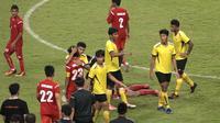 Seorang pemain Malaysia memeluk pemain Timnas Pelajar U-18 usai pertandingan semifinal ASFC (dok: kemenpora)
