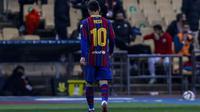 Lionel Messi mendapat kartu merah saat Barcelona kalah 2-3 dari Athletic Bilbao pada final Piala Super Spanyol di Stadion Olímpico de Sevilla, Senin (18/1/2021) dini hari WIB. (AP Photo/Miguel Morenatti)