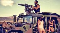 Dan Bilzerian beraksi dengan menembak target dari sebuah Humvee milik Angkatan Darat AS.