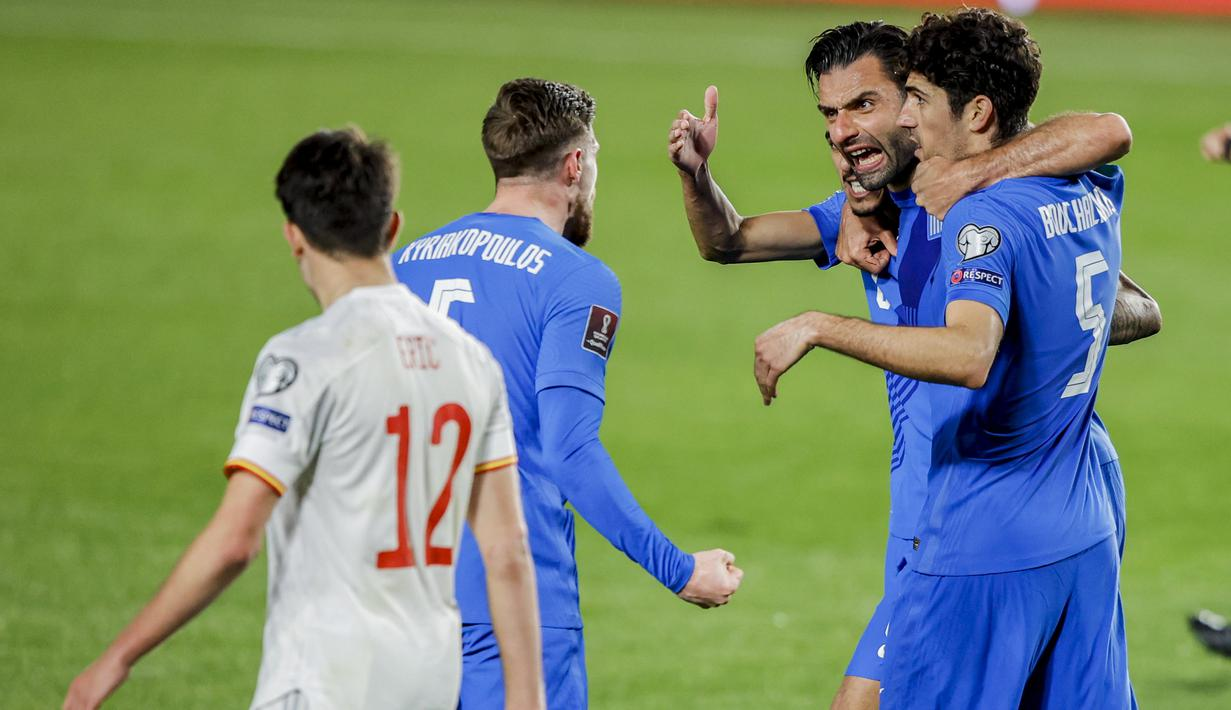 Para pemain Yunani merayakan hasil imbang 1-1 melawan Spanyol usai berakhirnya laga Kualifikasi Piala Dunia 2022 Zona Eropa Grup B di Los Carmenes Stadium, Granada, Kamis (25/3/2021). (AP/Fermin Rodriguez)