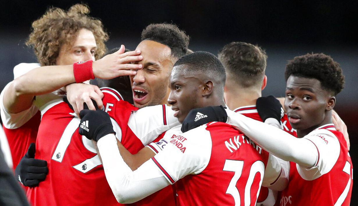 Para pemain Arsenal merayakan gol yang dicetak oleh Pierre-Emerick Aubameyang ke gawang Newcastle United pada laga Premier League di Stadion Emirates, Minggu (16/2/2020). Arsenal menang 4-0 atas Newcastle United. (AP/Frank Augstein)