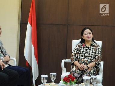 Menko PMK Puan Maharani (kanan) saat menerima kunjungan petinggi Emtek Grup di kantor Kemenko PMK, Jakarta, Selasa (19/2). Emtek Grup dan Kemenko PMK menjalin kerja sama terkait masalah bakti sosial. (Liputan6.com/Herman Zakharia)