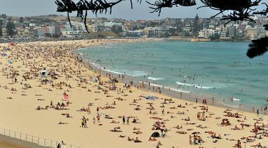 Suasana pantai Bondi ketika suhu udara panas meningkat di Sydney (21/12/2019). Australia pekan ini mengalami rekor hari terpanasnya yang tercatat dalam sejarah dan gelombang panas diperkirakan akan terus meningkat. (AFP/Farooq Khan)