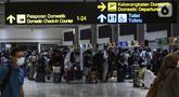 Calon penumpang pesawat mengantre saat lapor diri di Terminal 2 Bandara Soekarno Hatta, Tangerang, Banten, Rabu (5/5/2021). Pengelola Bandara Soekarno Hatta mencatat pergerakan penumpang pada H-1 jelang larangan mudik. (Liputan6.com/Johan Tallo)