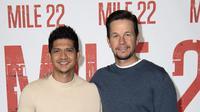 Aktor asal Indonesia, Iwo Uwais (kiri), dan aktor Amerika Serikat, Mark Wahlberg (kanan), dalam promosi film Mile 22 di California, 28 Juli 2018. (AFP/Valerie Macon)