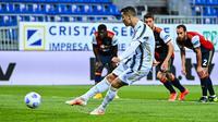 Penyerang Juventus, Cristiano Ronaldo melakukan tendangan penalti untuk mencetak gol keduanya ke gawang Cagliari dalam laga pekan ke-27 Liga Italia di Sardegna Arena, Minggu (14/3/2021). Ronaldo mencetak hat-trick untuk membawa Juventus meraih kemenangan atas Cagliari 3-0. (Alberto PIZZOLI / AFP)