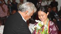 Wiji Thukul Dapat Penghargaan dari Xanana Gusmao, Fitri Nghanti Wani terima penghargaan dari Xanana Gusmao (Acacio Pinto/Timor Post)
