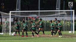 Pemain Timnas Indonesia U-22 saat latihan di Lapangan ABC, Senayan, Jakarta, Jumat (11/1). Latihan sekaligus seleksi pemain ini untuk persiapan turnamen Piala AFF U-22. (Bola.com/M Iqbal Ichsan)