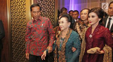 Presiden Joko Widodo saat menghadiri perayaan ultah pendiri PT Mustika Ratu Tbk, Mooryati Soedibyo di Jakarta, Jumat (5/1). Mooryati Soedibyo menggelar syukuran atas panjang yuswo atau panjang umur ke 90.  (Liputan6.com/Herman Zakharia)