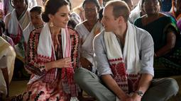 Kebersamaan William dan Kate kerap terekam kamera. Keduanya selalu nampak mesra di tiap kesempatan. Kemesraan William dan Kate begitu sederhana hanya sekadar dilihat dari keduanya yang saling tatap. (Kapanlagi/AFP)