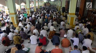 Sejumlah Jamaah membaca Alquran di Masjid Kauman Semarang, Senin (29/5). Selama Ramadan di Masjid diselenggarakan pengajian Al qur'an 30 juz yang dipimpin oleh imam besar KH Muhammad Naqib Nur. (Liputan6.com/Gholib)