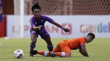 FOTO: Aksi Assanur Rijal, Gelandang Persiraja Pencetak Hattrick Pertama di Piala Menpora 2021 - Assanur Rijal; Taufik Febriyanto