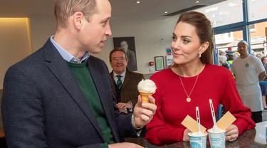 Pangeran William dan Kate Middleton berbincang sambil menikmati es krim saat mengunjungi Joe's Ice Cream di kawasan Mumbles, Wales Selatan, Selasa (4/2/2020). William dan Kate Middleton tengah dalam kunjungan ke kawasan Wales Selatan saat mampir ke Joe's Ice Cream. (ARTHUR EDWARDS/POOL/AFP)