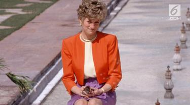 Fotografer untuk Kerajaan Inggris ungkap kisah menarik di balik sang Princess of Wales yang berpose duduk seorang diri di bangku taman, di muka Taj Mahal India pada Februari 1992.