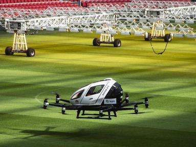 Sebuah taksi pesawat tak berawak saat uji coba di Amsterdam Arena, Belanda (16/4). Taksi pesawat tak berawak ini dapat membawa dua orang hingga 210 Kilogram dan memiliki bagasi kecil. (AFP Photo/ANP/Evert Elzinga)