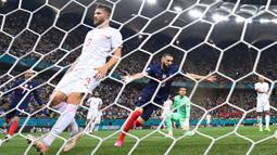 Karim Benzema menempati peringkat ketiga dengan torehan empat gol dari empat pertandingannya bersama Prancis. Ia mencetak gol dengan tiga anggota tubuh yang berbeda yaitu dua dari kaki kanan, satu dari kaki kiri, dan satunya lewat kepalanya. (Foto: AFP/Pool/Franck Fife)