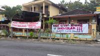warga sudah berkumpul untuk memasang spanduk dan baliho penolakan atas hasil seleksi Kepala Padukuhan di Padukuhan Dengok II. Warga tak terima jika dipimpin oleh kepala padukuhan yang bukan berasal dari warga sekitar.