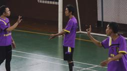 Pesepak bola menggunakan bahasa isyarat saat berkomunikasi di lapangan ketika mengikuti Kejuaraan Futsal Tuna Rungu di GOR Ciracas, Jakarta, Sabtu (7/11/2015). (Bola.com/Vitalis Yogi Trisna)