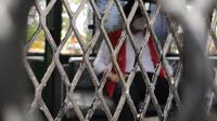 Gabriel Triwibawa Mantan Kepala BPN Gorontalo saat berada di dalam mobil tahanan (Arfandi Ibrahim/Liputan6.com)