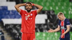 Penyerang Bayern Munchen, Eric Maxim Choupo-Moting, tampak kecewa usai gagal mencetak gol ke gawang Paris Saint-Germain (PSG) pada laga Liga Champions di Stadion  Parc des Princes, Rabu (14/4/2021). PSG takluk dengan skor 0-1. (AFP/Frank Fife)