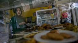 Penjual menyiapkan pesanan di warteg kawasan Jakarta, Rabu (27/1/2021). Komunitas Warteg Nusantara (Kowantara) menyatakan, sekitar 50 persen atau 20.000 unit warteg di Jabodetabek akan gulung tikar tahun ini disebabkan tidak mampu membayar atau memperpanjang sewa tempat. (Liputan6.com/Faizal Fanani)