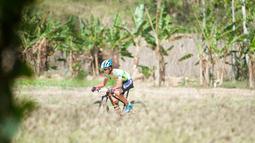 Pebalap sepeda mengikuti kejuaraan Mountain Bike Cross Country Marathon (MTB XCM) di Kawasan Tanjung Lesung, Pandeglang, Banten, Sabtu (29/9). Perhelatan ini dimanfaatkan untuk ajang promosi destinasi pariwisata di Tanjung Lesung. (Liputan6.com/HO/Nick)