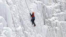 Seorang pria memanjat dinding es buatan di kota Liberec, Republik Ceko, Minggu (27/1). Medannya yang licin membuat sejumlah pecinta panjat tebing tertantang nyalinya. (AP Photo/Petr David Josek)