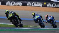 Valentino Rossi berada di depan dua pembalap Suzuki, Joan Mir dan Alex Rins pada balapan MotoGP Thailand 2019. (Lillian SUWANRUMPHA / AFP)
