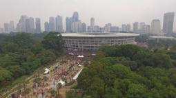 Suasana suporter Persija Jakarta, The Jakmania, saat memadati area Senayan, Jakarta, Minggu (9/12). Persija melakoni laga terakhir Liga 1 melawan Mitra Kukar. (Bola.com/Muhammad Husni)
