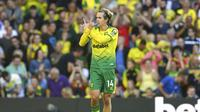 Pemain Norwich City, Todd Cantwell, melakukan selebrasi usai membobol gawang Manchester City pada laga Premier League di Stadion Carrow Road, Sabtu (14/9). Norwich City menang 3-2 atas Manchester City. (AP/Joe Giddens)