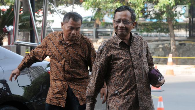 Mantan Ketua Mahkamah Konstitusi Mahfud MD tiba di gedung KPK, Jakarta, Kamis (13/9). Mahfud tiba sekitar pukul 09.55 WIB mengaku akan berdiskusi terkait kasus korupsi yang sudah merajalela di Tanah Air. (Merdeka.com/Dwi Narwoko)#source%3Dgooglier%2Ecom#https%3A%2F%2Fgooglier%2Ecom%2Fpage%2F%2F10000