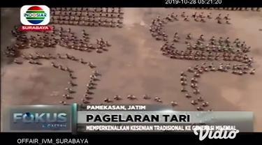 Tari kolosal Topeng Gethak digelar di Pamekasan, Jawa Timur, Minggu. Pertunjukan seni budaya tradisional itu melibatkan sebanyak 489 orang penari dari kalangan pelajar SMP dan SMA di wilayah itu.