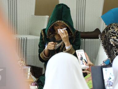 Julia Perez atau Jupe terlihat menangis saat mengikuti pengajian di kediaman sang ibu, Sri Wulansih, di kawasan Kelapa Dua, Depok, Kamis (29/12). Pengajian ini guna mendoakan kesembuhan kanker serviks yang diidap Jupe. (Liputan6.com/Herman Zakharia)