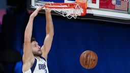 Pebasket Dallas Mavericks, Maxi Kleber, melakukan dunk saat menghadapi Los Angeles Clippers pada gim kedua playoff NBA 2020 di AdventHealth Arena, Kamis (20/8/2020). Maverick menang 127-114 atas LA Clipppers. (AFP/Ashley Landis-Pool/Getty Images)