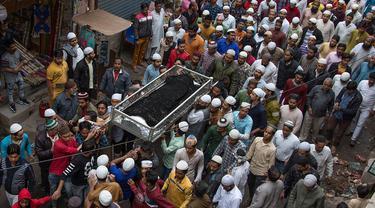 Sejumlah orang menggotong jenazah korban kerusuhan yang akan dimakamkan di New Delhi, India, Sabtu (29/2/2020). Jumlah korban tewas dalam aksi kekerasan komunal di New Delhi bertambah menjadi 42 orang. (Xinhua/Javed Dar)