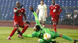 Penyerang CSKA Sofia, Ali Sowe mencetak gol ke gawang AS Roma pada laga pemungkas Grup A Liga Europa 2020/2021 di Vasil Levski, Jumat (11/12/2020) dini hari WIB. Roma menelan kekalahan dengan skor 1-3 dari CSKA Sofia. (AP Photo/Anton Uzunov)