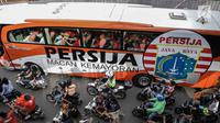 Bus yang membawa pemain Persija, pelatih dan ofisial tim memimpin Pawai Juara Piala Presiden 2018 di kawasan Sudirman, Jakarta, Minggu (18/2). Konvoi arak-arakan dimulai dari Stadion Utama Gelora Bung Karno menuju Balai Kota. (Liputan6.com/Faizal Fanani)