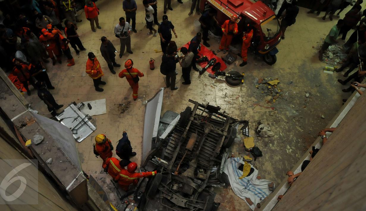 Sebuah mobil boks jatuh dari tempat parkir lantai 3 Pasar Cipulir, Kebayoran Lama, Jakarta, Selasa, (19/1/2016). Dua orang dikabarkan tewas dalam peristiwa tersebut. (Liputan6.com/Faisal R Syam)