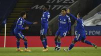 Gelandang Leicester City, Wilfred Ndidi (kedua kiri) berselebrasi dengan rekan-rekannya usai mencetak gol ke gawang Chelsea pada pertandingan lanjutan Liga Inggris di Stadion King Power, Rabu (20/1/2021). Leicester menang atas Chelsea 2-0. (AP Photo/Rui Vieira, Pool)