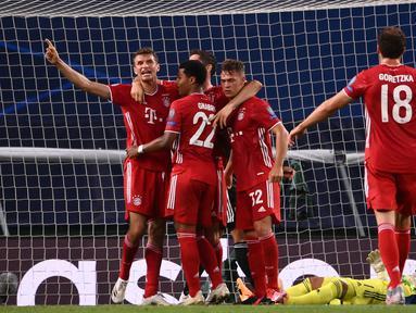 Pemain Bayern Munchen merayakan kemenangan atas Olympique Lyon pada semifinal Liga Champions 2019/2020 di Estadio Jose Alvalade, Kamis (20/8/2020) dini hari WIB. Bayern Munchen menang 3-0 atas Lyon. (AFP/Franck Fife/pool)