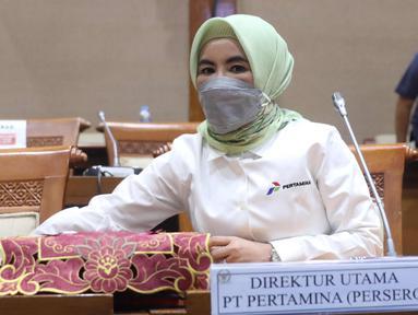 Dirut PT Pertamina (Persero) Nicke Widyawati mengikuti Rapat Dengar Pendapat (RDP) dengan Komisi VII DPR di kompleks Parlemen, Senayan, Jakarta, Senin (5/4/2021). RDP tersebut membahas kebakaran tangki minyak milik Pertamina RU VI Balongan, Indramayu, Jawa Barat. (Liputan6.com/Angga Yuniar)