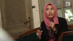 Direktur LBH APIK, Siti Mazuma menanggapi putusan kasasi Baiq Nuril Maknun di Kantor LBH Pers, Jakarta, Jumat (16/11). Nuril merupakan korban pelecehan yang divonis 6 bulan penjara dan denda Rp 500 juta oleh Mahkamah Agung. (Liputan6.com/Herman Zakharia)