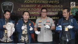 Kabid Humas Polda Metro Jaya, Kombes Pol Argo Yuwono berserta jajaran menunjukkan barang bukti saat rilis kasus pencurian serta melawan petugas di Jakarta, Jumat (9/8/2019). Subdit Umum/Jatanras Dit Reskrimum PMJ berhasil mengamankan 2 tersangka. (Liputan6.com/Faizal Fanani)